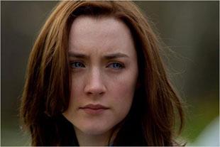 Мелани и Странница (Сирша Ронан) в одном «флаконе», кадр из фильма
