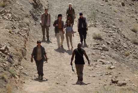 Люди, оставшиеся людьми, должны бороться, чтобы выжить, кадр из фильма