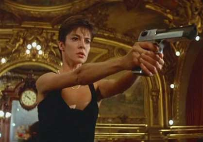 Женщина с бластером защищает закон, кадр из фильма